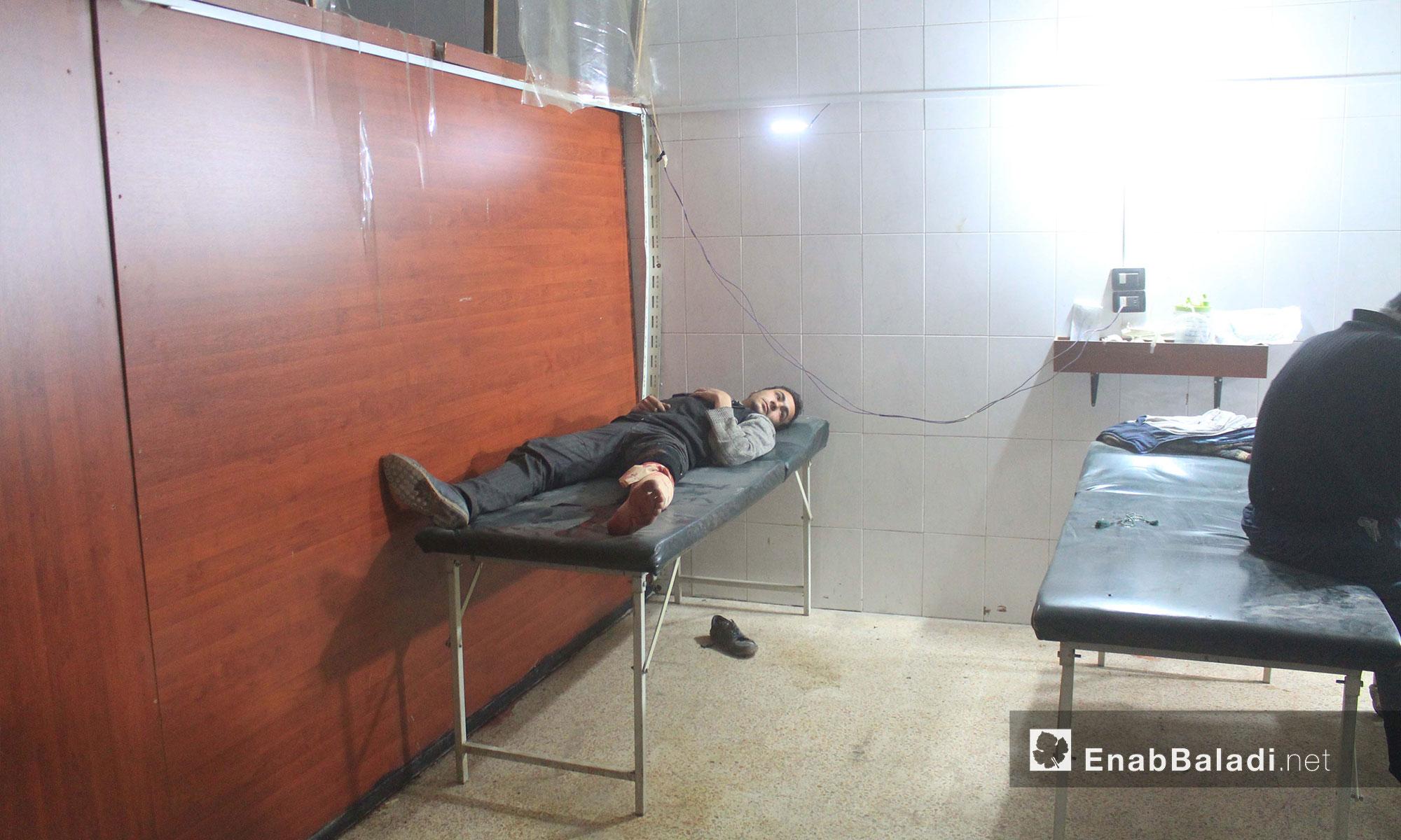 إسعاف جرحى  في أحد مشافي الغوطة الشرقية - 21 شباط 2018 (عنب بلدي)