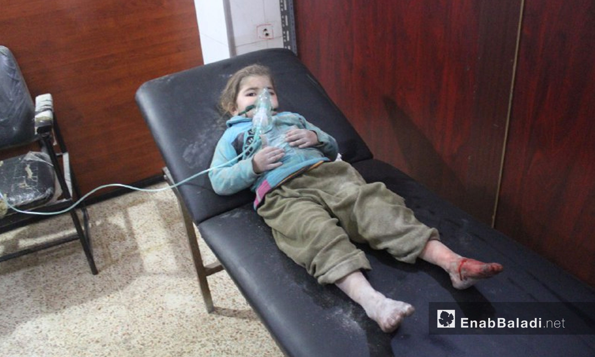 اسعاف طفلة مصابة نتيجة القصف على بلدة حمورية في الغوطة الشرقية - 7 شباط 2018 (عنب بلدي)