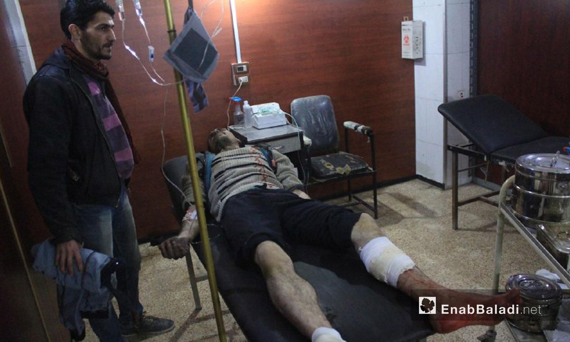 اسعاف المصابين نتيجة القصف على بلدة حمورية في الغوطة الشرقية - 7 شباط 2018 (عنب بلدي)