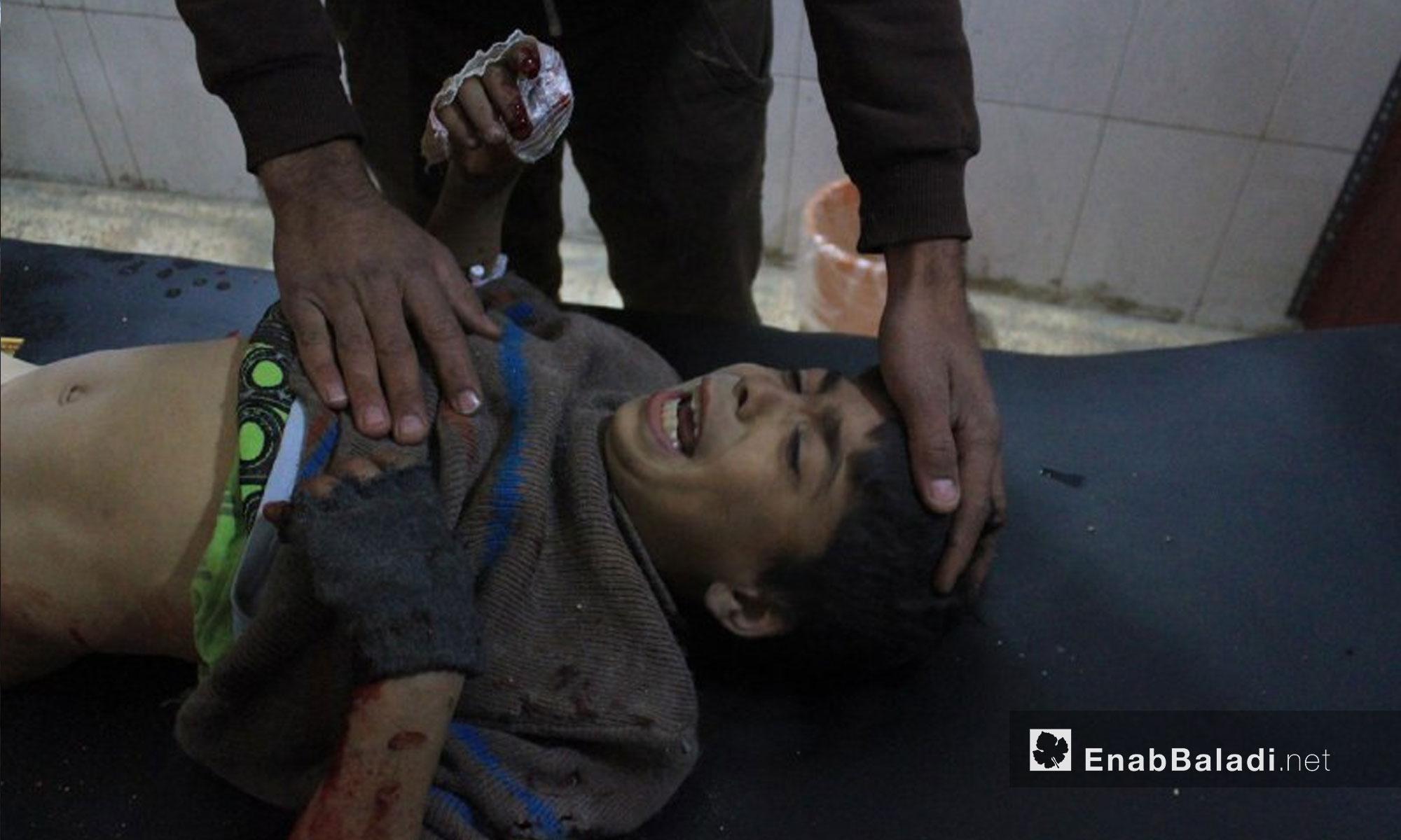 اسعاف المصابين جراء القصف الذي تعرضت له بلدة حمورية في الغوطة الشرقية - 6 شباط 2018 (عنب بلدي)