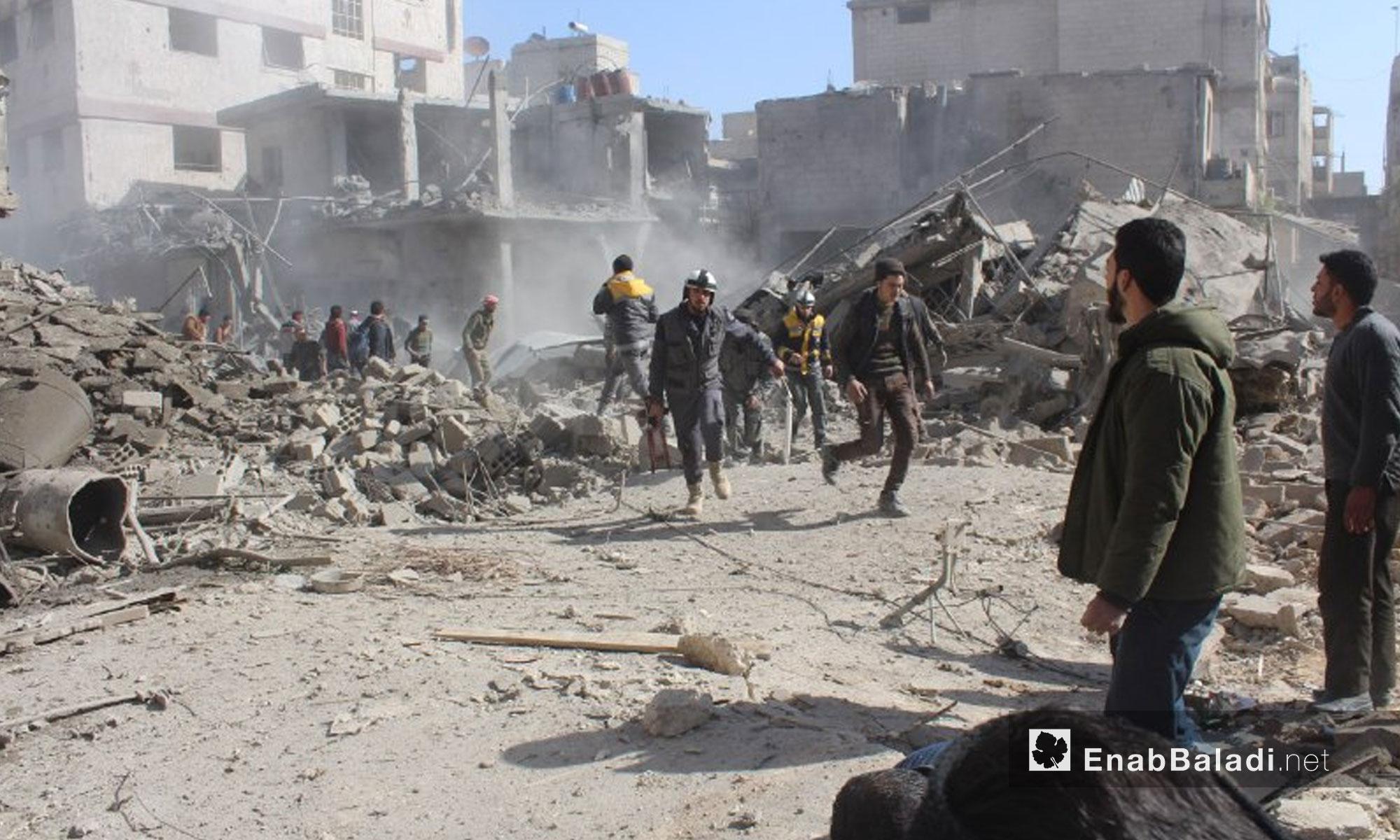 الدفاع المدني يخرج المصابين من تحت الأنقاض نتيجة القصف على بلدة حمورية في الغوطة الشرقية - 7 شباط 2018 (عنب بلدي)