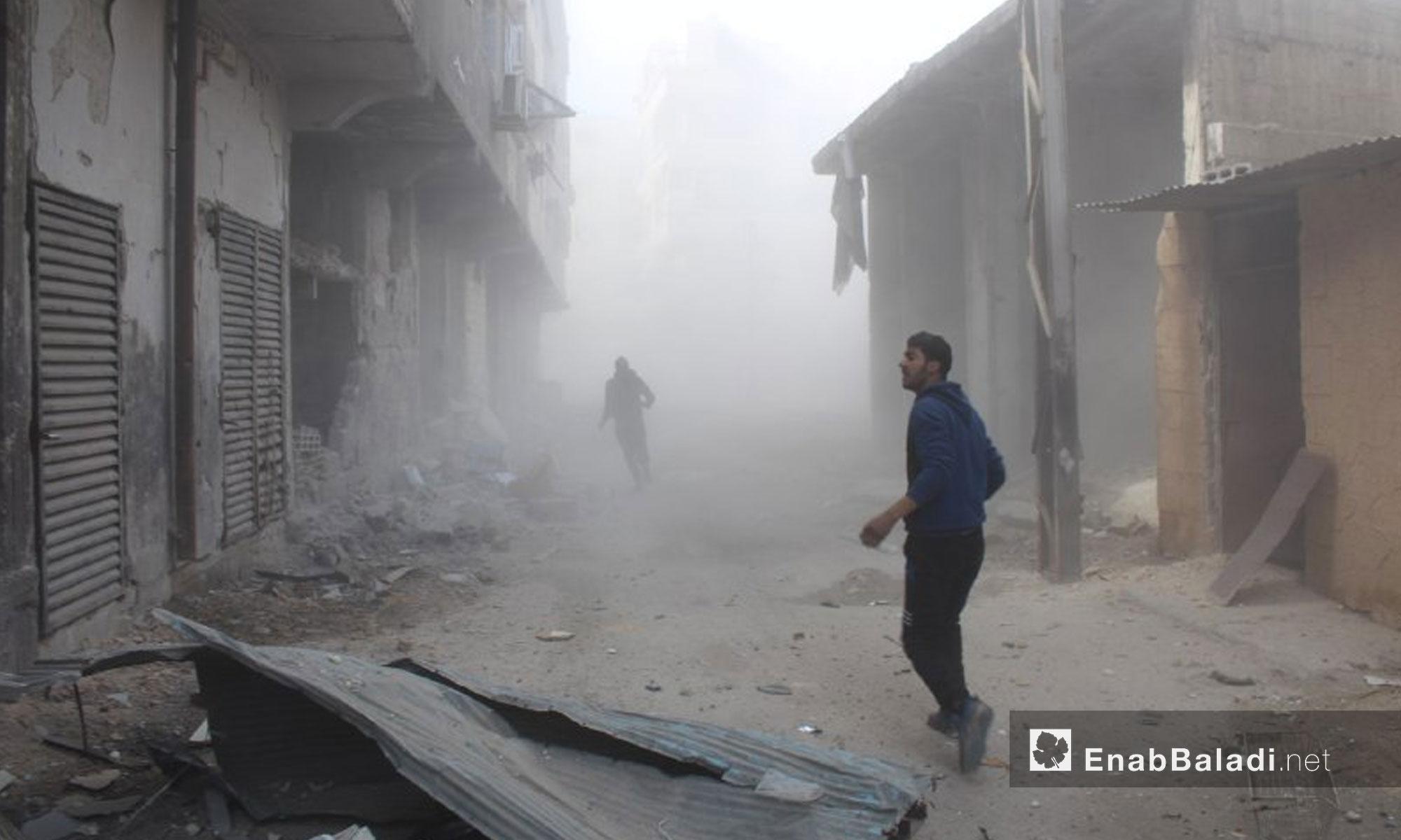 انقاذ المدنيين  من تحت الأنقاض نتيجة القصف على بلدة حمورية في الغوطة الشرقية - 7 شباط 2018 (عنب بلدي)