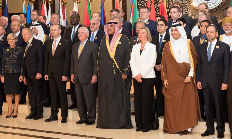 وزراء خارجية الدول المشاركون في مؤتمر إعادة الإعمار في العراق- 13 شباط (رويترز)