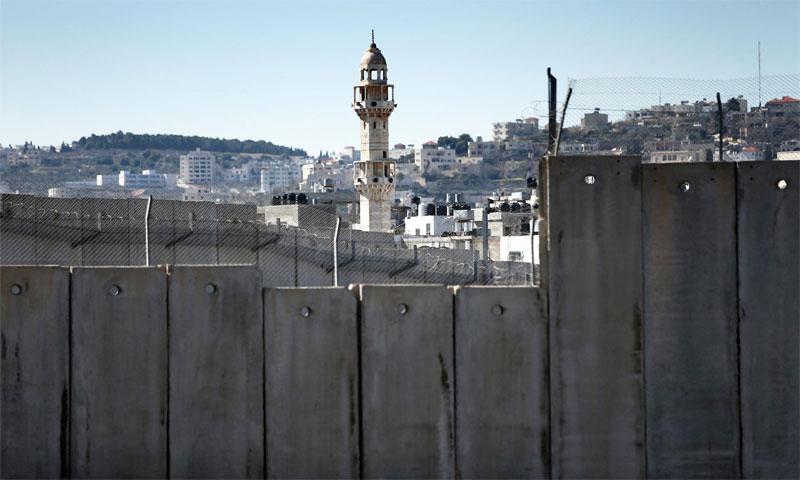 الجدار الفاصل الإسرائيلي المثير للجدل الذي يفصل القدس وبلدة بيت لحم بالضفة الغربية، في 12 فبراير 2016 (AFP)