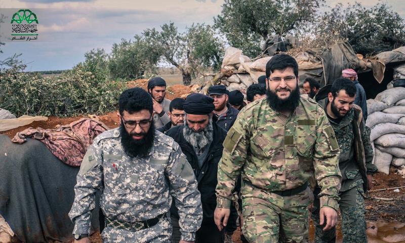 القيادي جابر علي باشا (يمين) في زيارة إلى جبهات ريف حلب الغربي (أحرار الشام)