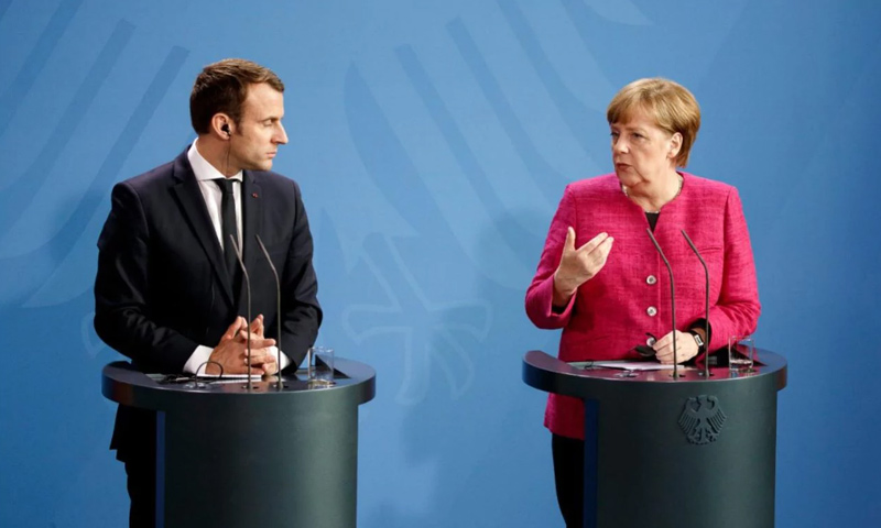 الرئيس الفرنسي إيمانويل ماكرون والمستشارة الألمانية أنجيلا ميركل (EPA)