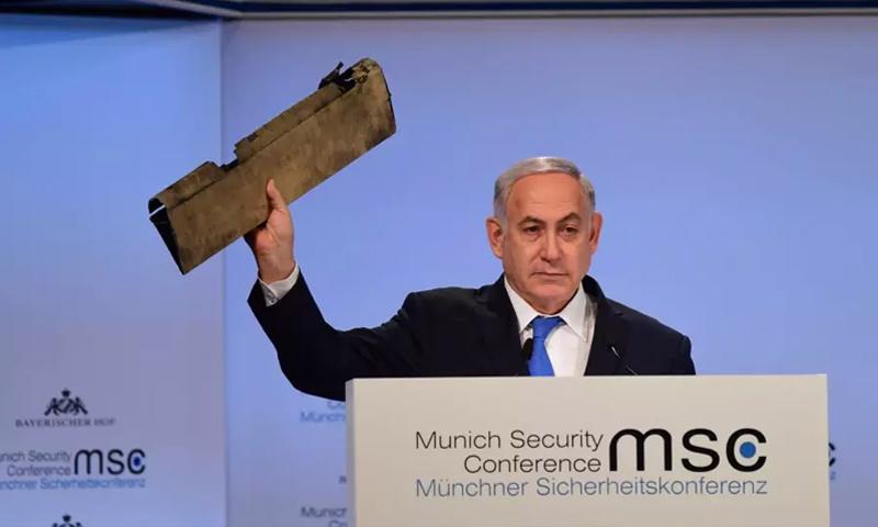 رئيس الوزراء الإسرائيلي بنيامين نتنياهو يحمل بقايا طائرة استطلاع إيرانية في مؤتمر الأمن العالمي بميونخ (GPO)