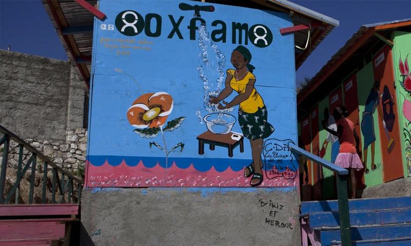 """جرافيتي لمنظمة """"أوكسفام"""" في هاييتي عام 2011 (Jonathan Torgovnik)"""