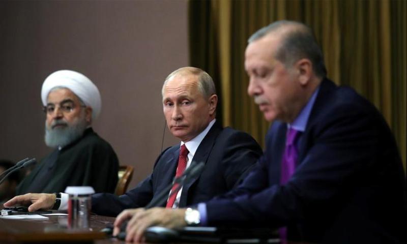الرؤساء التركي رجب طيب إردوغان والروسي فلاديمير بوتين والإيراني حسن روحاني خلال مؤتمر صحفي في سوتشي بروسيا- 22 تشرين الثاني 2017 )رويترز)