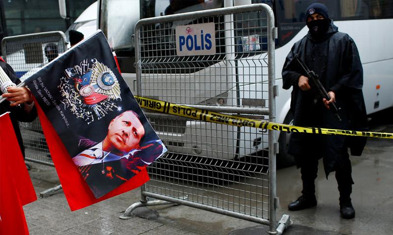 احتجاجات أمام القنصلية الهولندية في اسطنبول - 12 آذار 2017 (رويترز)