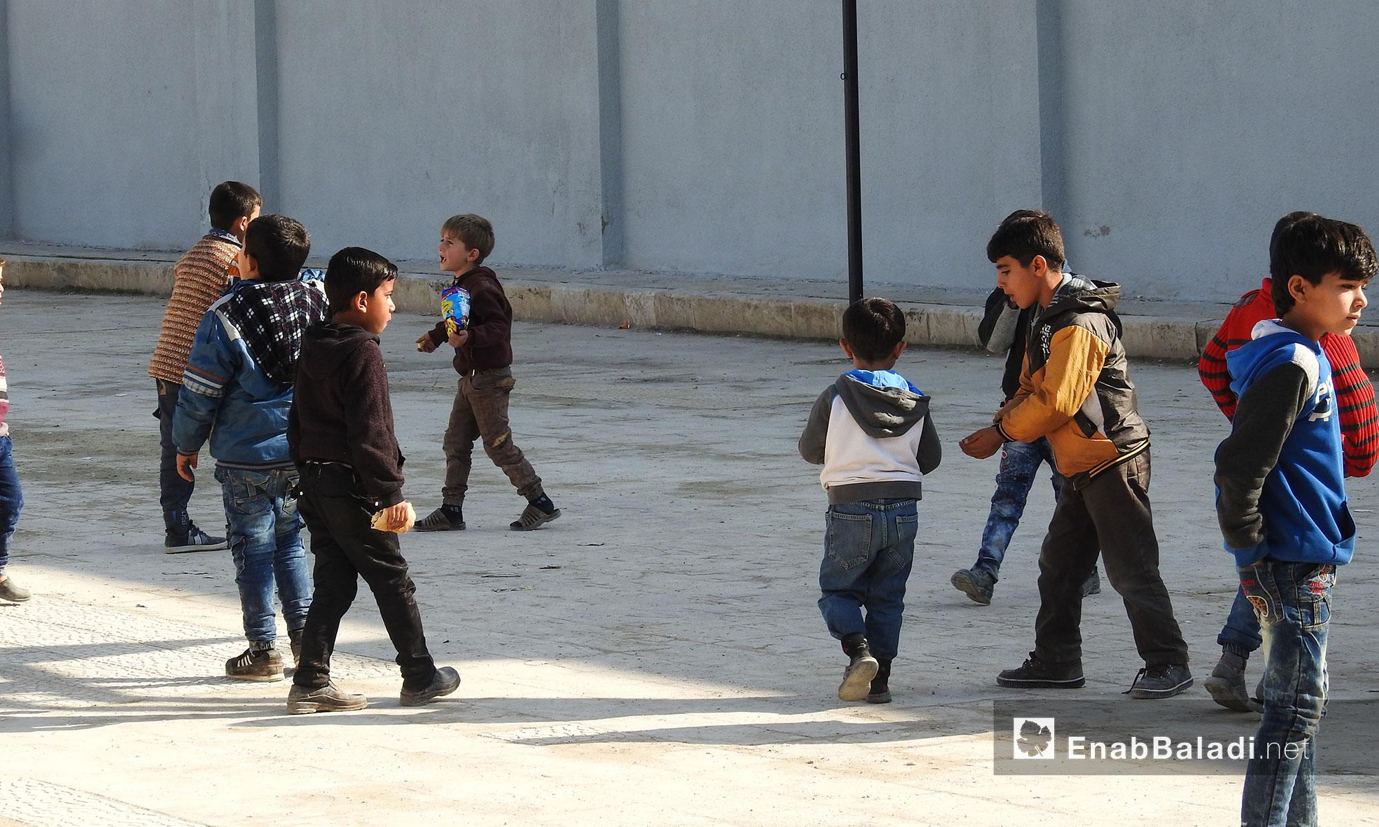 طلاب في باحة المدرسة في أحد مدارس بلدة دابق بريف حلب الشمالي - 5 شباط 2018 (عنب بلدي)