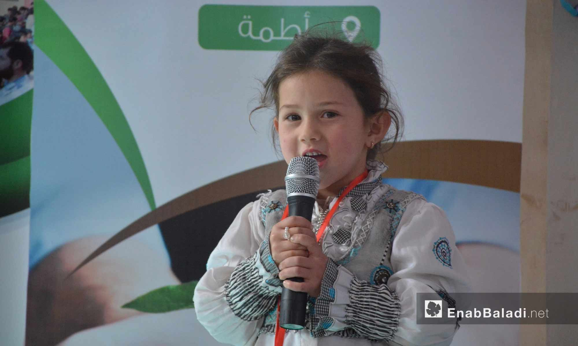 طفلة من المتفوقات في مدارس تجمع أطمة بإدلب - 20 شباط 2018 (عنب بلدي)