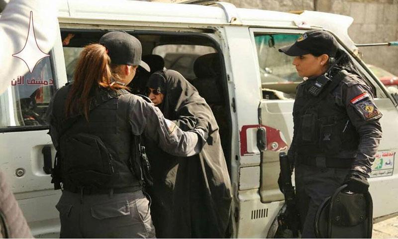 عناصر شركة الحراسة مع إحدى السائحات (دمشق الآن)