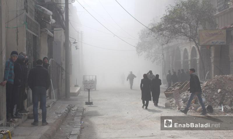 أهالي بلدة حمورية في الغوطة الشرقية يختبئون من القصف - 6 شباط 2018 (عنب بلدي)
