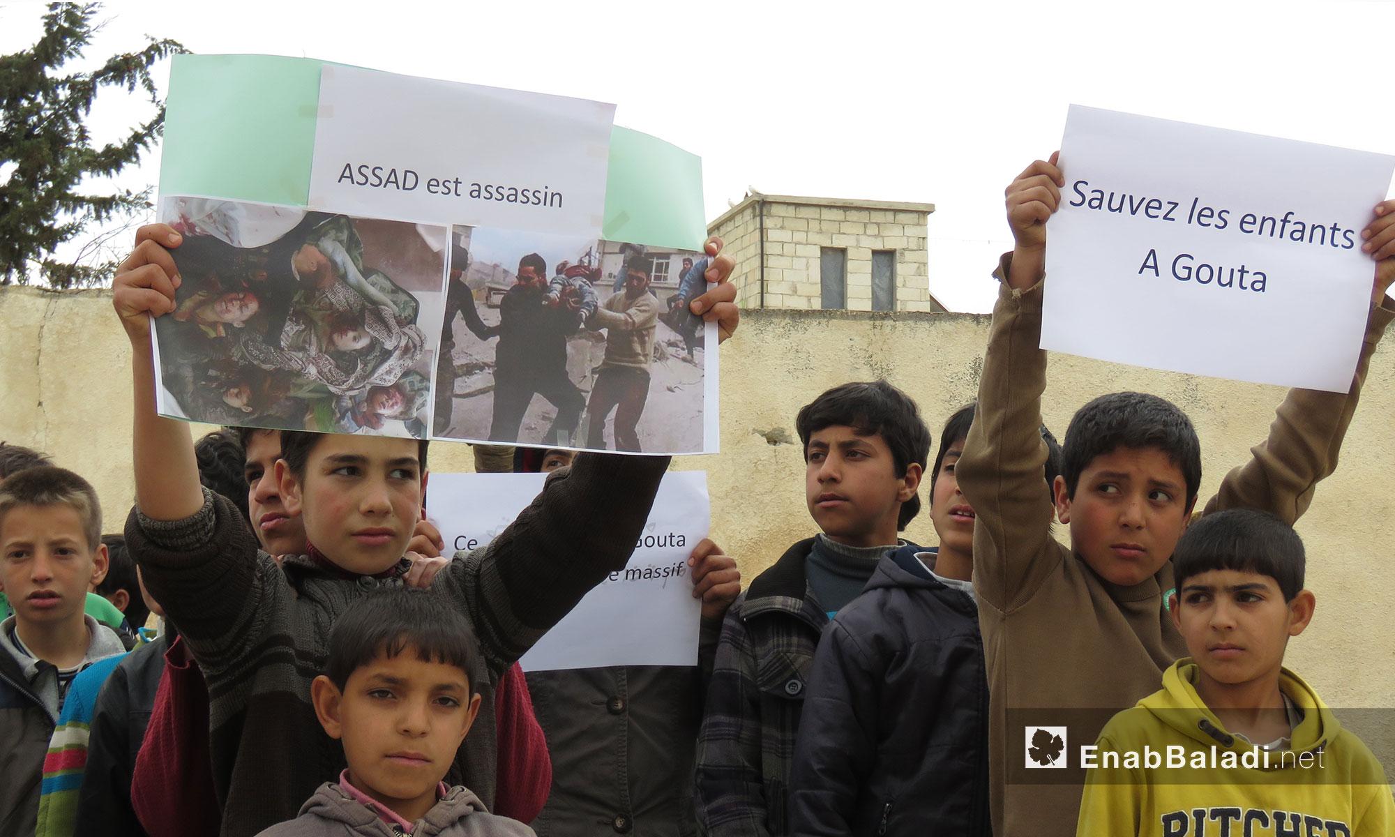 ناشطون من ريف حماة يتظاهرون نصرة للغوطة الشرقية في جبل الزاوية بريف إدلب - 23 شباط 2018 (عنب بلدي)