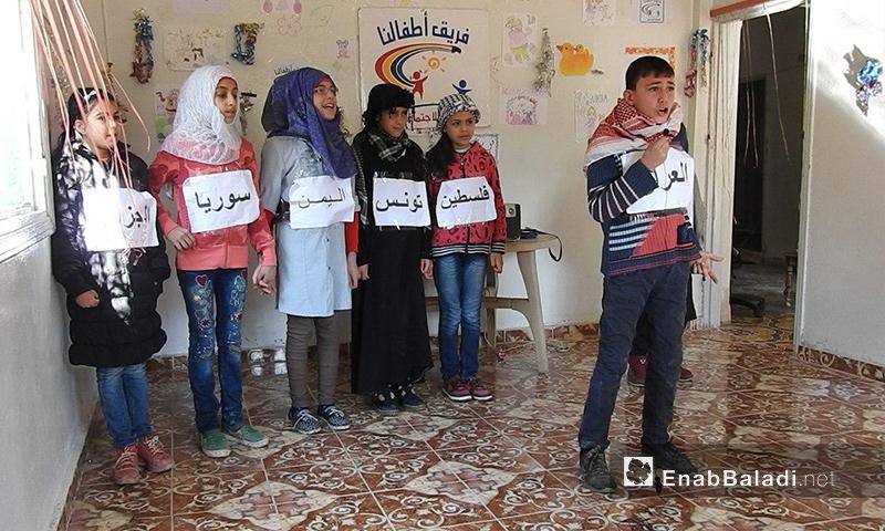 """أطفال يؤدون مسرحية """"الحوار العربي"""" في ريف حمص الشمالي - 1 شباط 2018 (عنب بلدي)"""