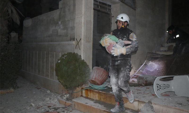 عنصر من الدفاع المدني يحمل طفلًا مصابًا إثر القصف على إدلب - 4 شباط 2018 (الدفاع المدني في إدلب)