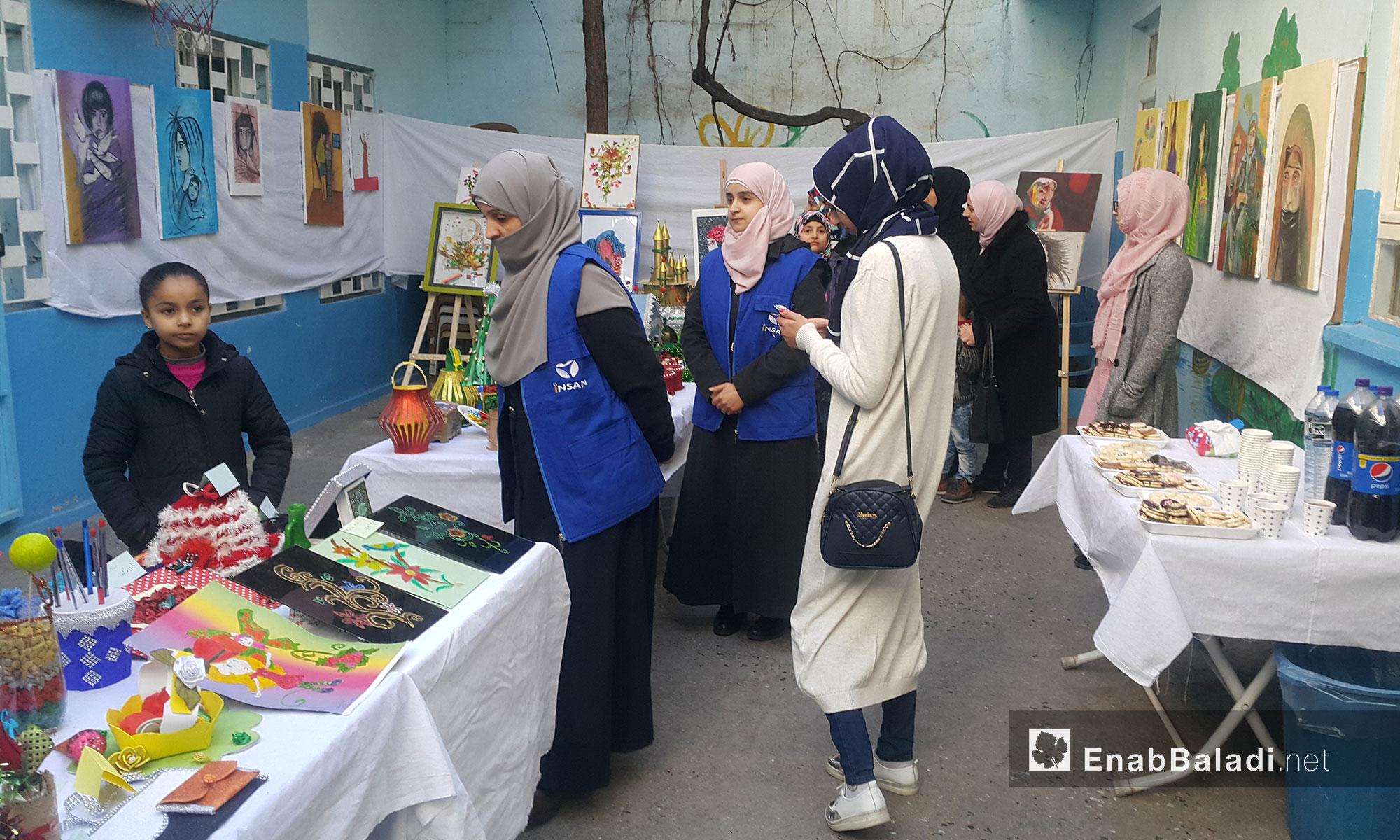 """زوار معرض """"إنسان"""" المصنوعة لوحاته بأيدٍ سورية في أورفة التركية - 2 شباط 2018 (عنب بلدي)"""
