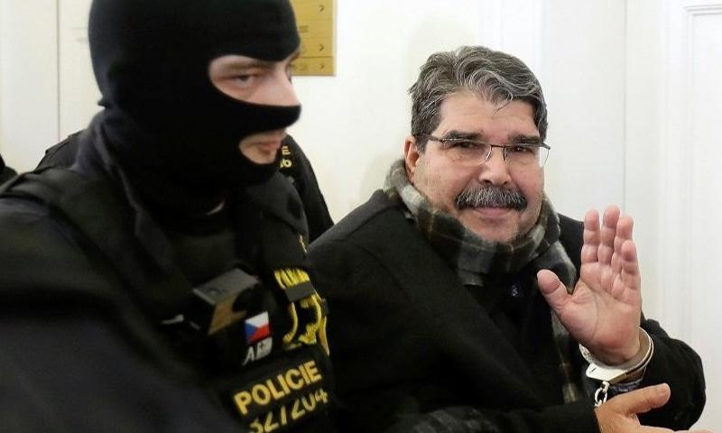 صالح مسلم خلال اقتياده إلى جلسة المحكمة في التشيك - 27 شباط 2018 (Reuters)