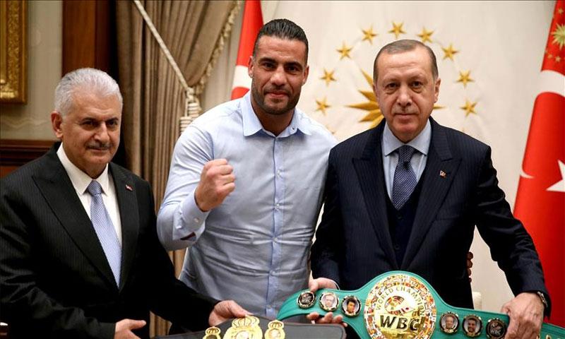بطل العالم في الملاكمة مانويل شار مع الرئيس التركي في 21 شباط (الأناضول)