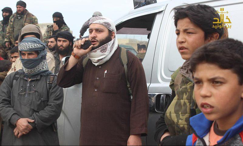 عناصر من جيش خالد أثناء تنفيذ عملية رجم الشاب في بلدة الشجرة غربي درعا - 6 شباط 2018 (جيش خالد)