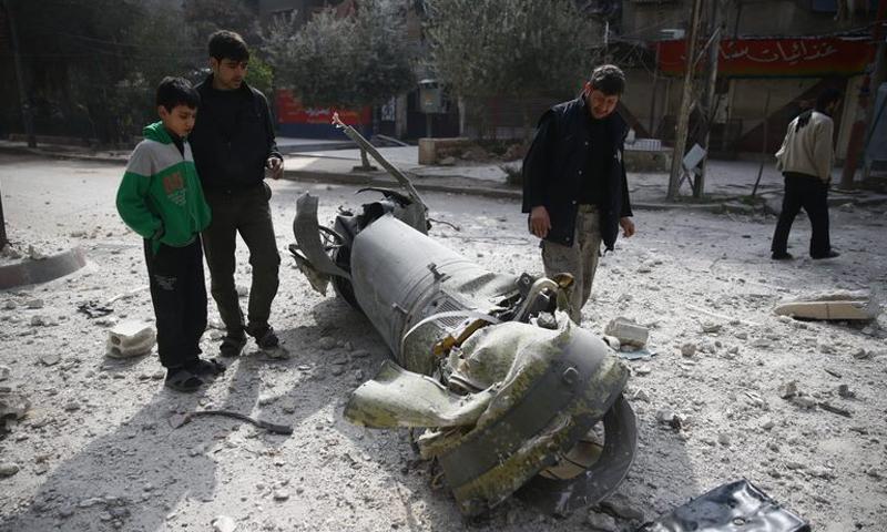 بقايا حاضنة صاروخ عنقودي استهدف مدينة دوما - 23 شباط 2018 (رويترز)
