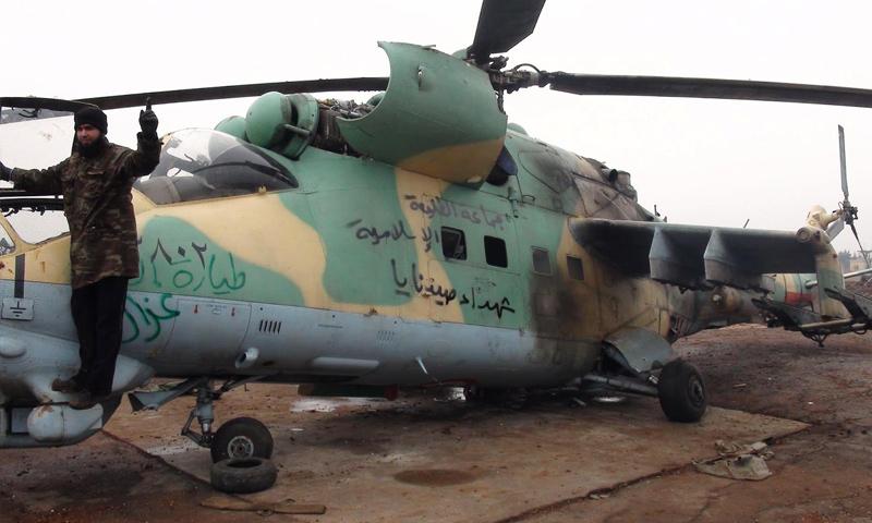 """مقاتل في فصيل """"الطليعة الإسلامية"""" في مطار تفتناز العسكري عام 2013 (الطليعة الإسلامية)"""