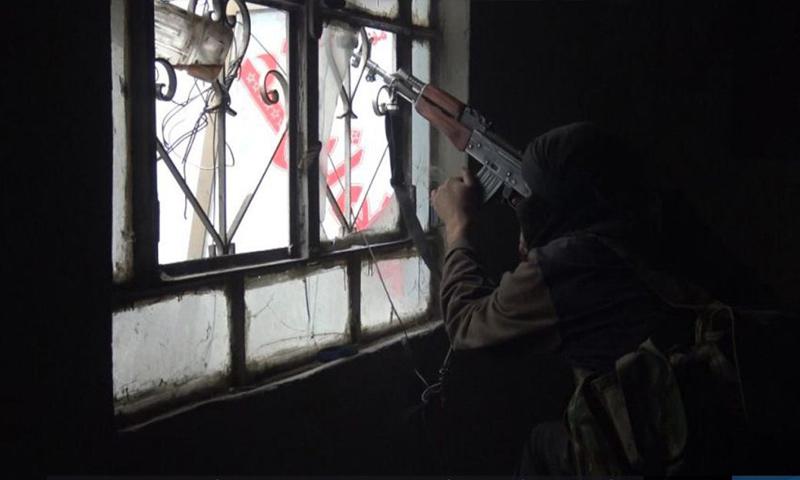 عنصر من تنظيم الدولة الإسلامية خلال المعارك الدائرة في مخيم اليرموك - 16 شباط 2018 (أعماق)