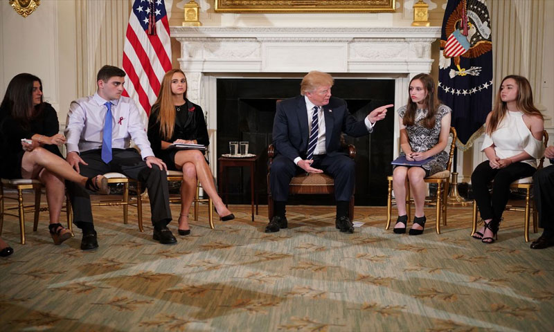 دونالد ترامب أثناء لقاءه طلاب مدرسة فلوريدا (AFP)
