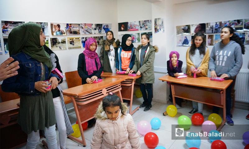 """سوريون وأتراك في مدرسة """"الهدف"""" بأورفة التركية - 24 شباط 2018 (عنب بلدي)"""