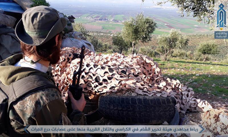 عنصر من هيئة تحرير الشام يتمركز على جبهات درع الفرات شمالي إدلب - 24 شباط (إباء)