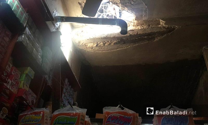 فتحة في سقف محل تجاري تعرض للقصف في سوق اعزاز الشعبي شمالي حلب - 3 شباط 2018 (عنب بلدي)