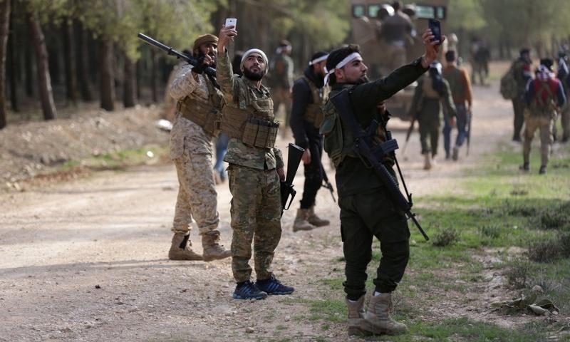 عناصر من الجيش الحر على الجبهات العسكرية شمالي عفرين - 6 آذار 2018 (رويترز)