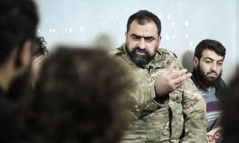 """القائد العام لـ """"جبهة تحرير سوريا""""، حسن صوفان (وسط) خلال زيارة للمعتقلين من """"تحرير الشام"""" في أريحا - 10 آذار 2018 (تحرير سوريا)"""