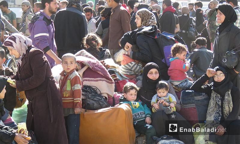 مهجرو الدفعة الثانية من الغوطة لحظة وصولهم إلى قلعة المضيق بريف حماة - 26 آذار 2018 (عنب بلدي)