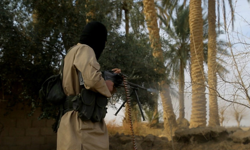 """عنصر من تنظيم """"الدولة الإسلامية"""" في محيط البوكمال جنوبي دير الزور - شباط 2018 (ولاية الفرات كما يسميها التنظيم)"""