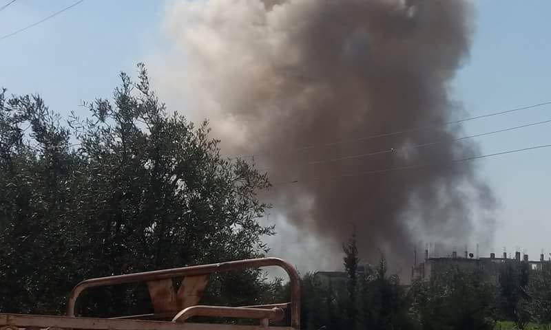تصاعد الدخان إثر قصف مدينة الحراك شرقي درعا - 12 آذار 2018 (صفحة مدينة الحراك في فيس بوك)
