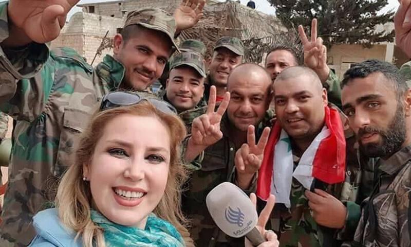 """مراسلة قناة """"سما"""" الموالية للنظام، كنانة علوش، إلى جانب عناصر من قوات الأسد في تل رفعت - 28 آذار 2018 (تويتر)"""