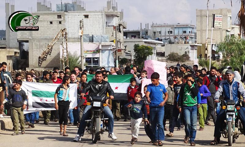 تعبيرية: مظاهرات في مدينة إنخل شمالي درعا - تشرين الثاني 2017 (فريق إنخل الإعلامي)