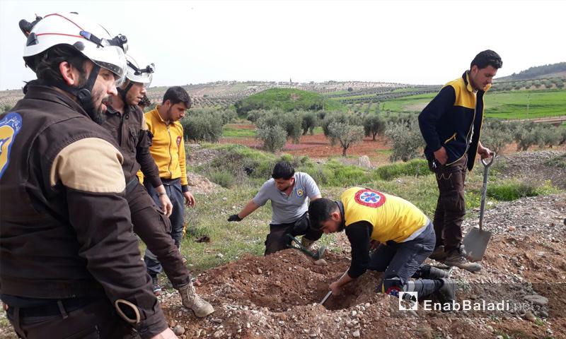 متطوعون وعناصر من الدفاع المدني خلال الحفر لانتشال جثث الجيش الحر في قرية ميدانكي شمالي عفرين - 23 آذار 2018 (عنب بلدي)