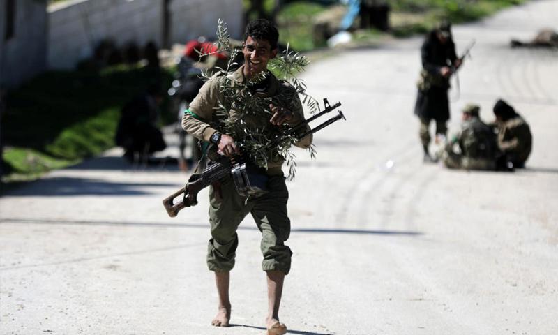 عنصر من الجيش الحر ضمن المعارك شمالي عفرين - 19 آذار 2018 (رويترز)