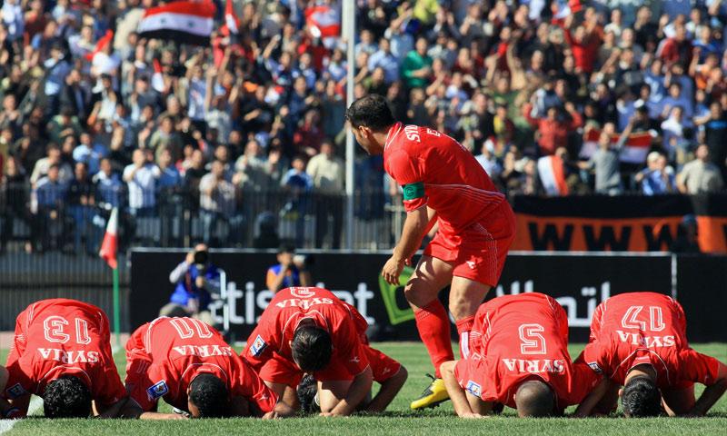 المنتخب السوري على أرضية ملعب العباسيين في دمشق خلال مواجهة ضد الإمارات في تصفيات كأس العالم 2010 (Goal)