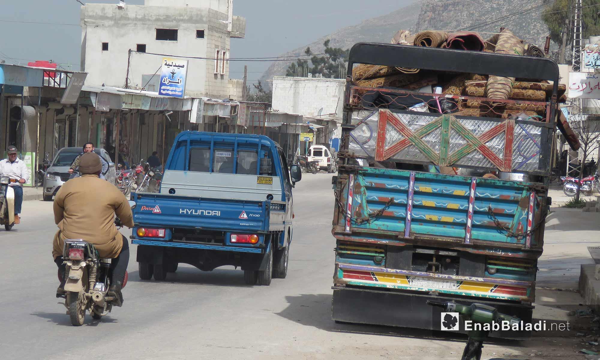 سيارة تحمل أثاثًا لعائلة نازحة من قلعة المضيق في ريف حماة الغربي - 5 آذار 2018 (عنب بلدي)