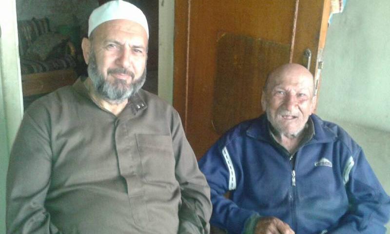 الشيخ بسام ضفدع مع أخيه في مدينة كفربطنا (فيس بوك)