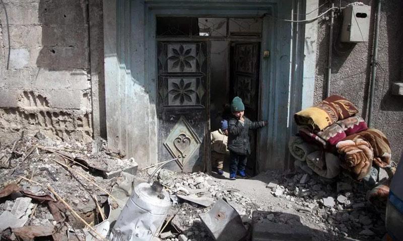 سوريون يغادرون بيت سوا بريف دمشق - 4 آذار 2018 (AFP)