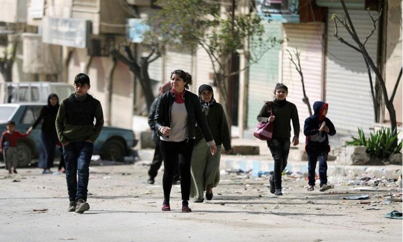 """مدنيون في شوارع عفرين بعد انتشار """"الجيش الحر"""" والقوات التركية في المنطقة - 18 آذار 2018 (رويترز)"""
