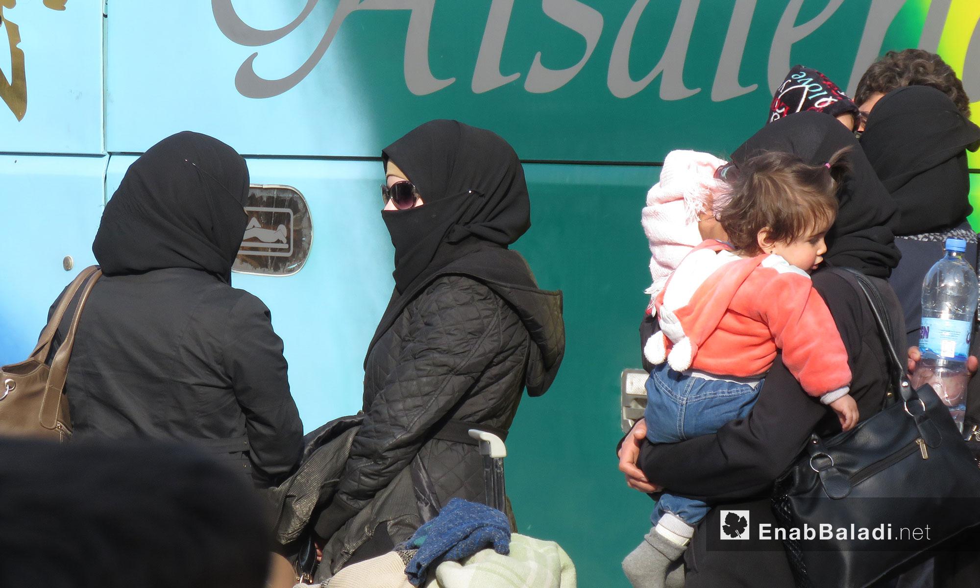 نساء من أهالي حي القدم أثناء وصولهم لقلعة المضيق بريف حماة - 13 آذار 2018 (عنب بلدي)