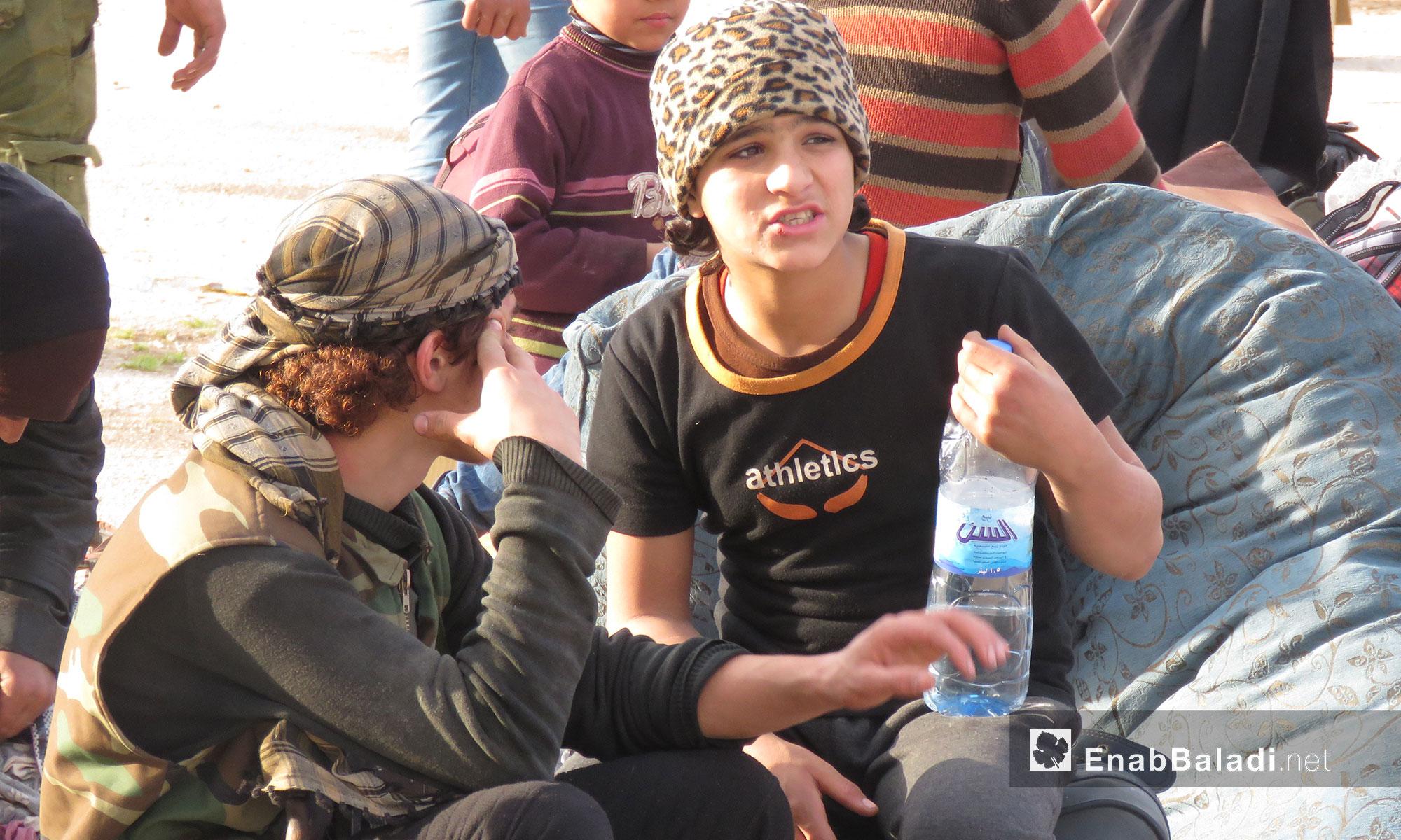 شابان من أهالي حي القدم أثناء وصولهم لقلعة المضيق بريف حماة - 13 آذار 2018 (عنب بلدي)