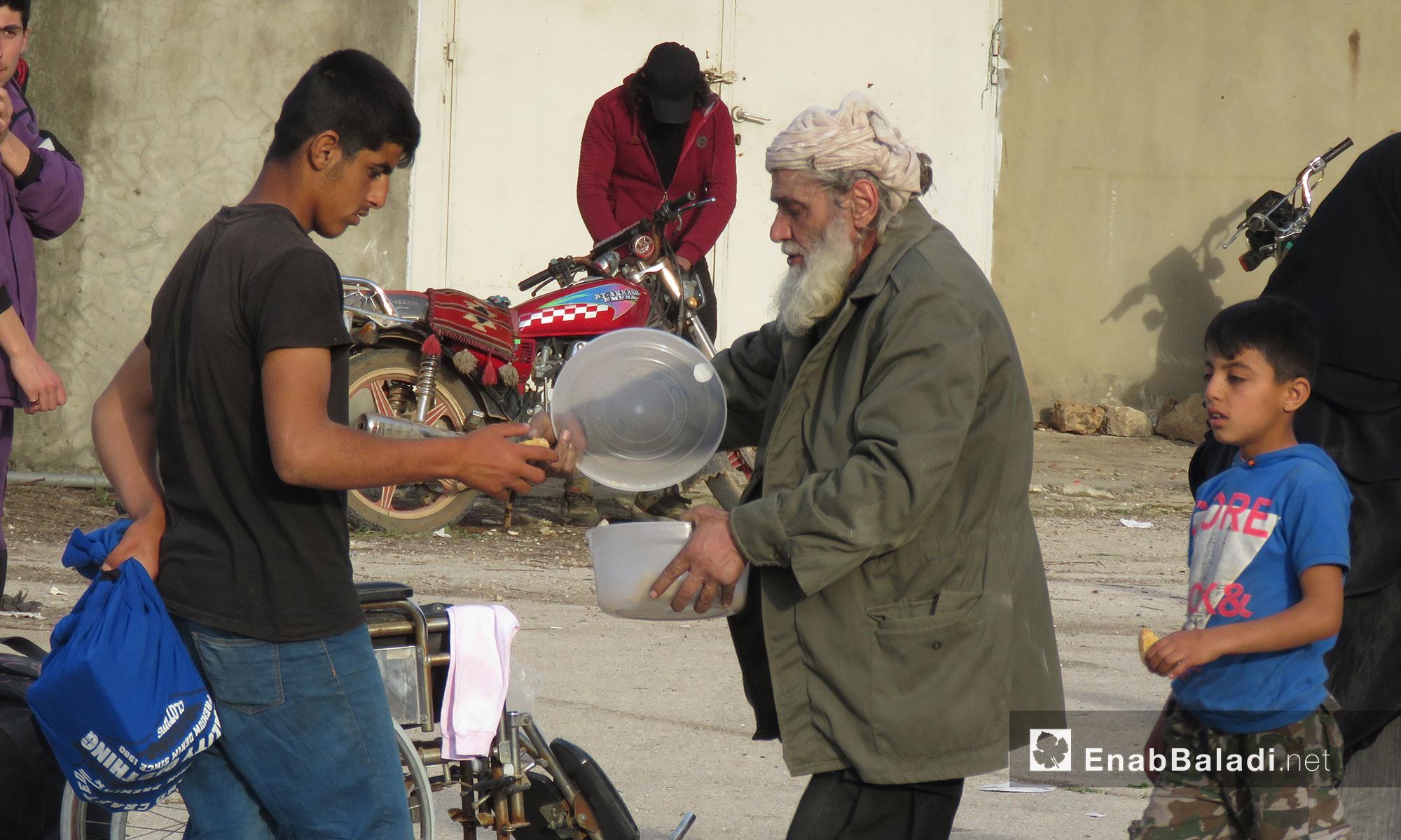 رجل عجوز من أهالي حي القدم أثناء وصولهم لقلعة المضيق بريف حماة - 13 آذار 2018 (عنب بلدي)