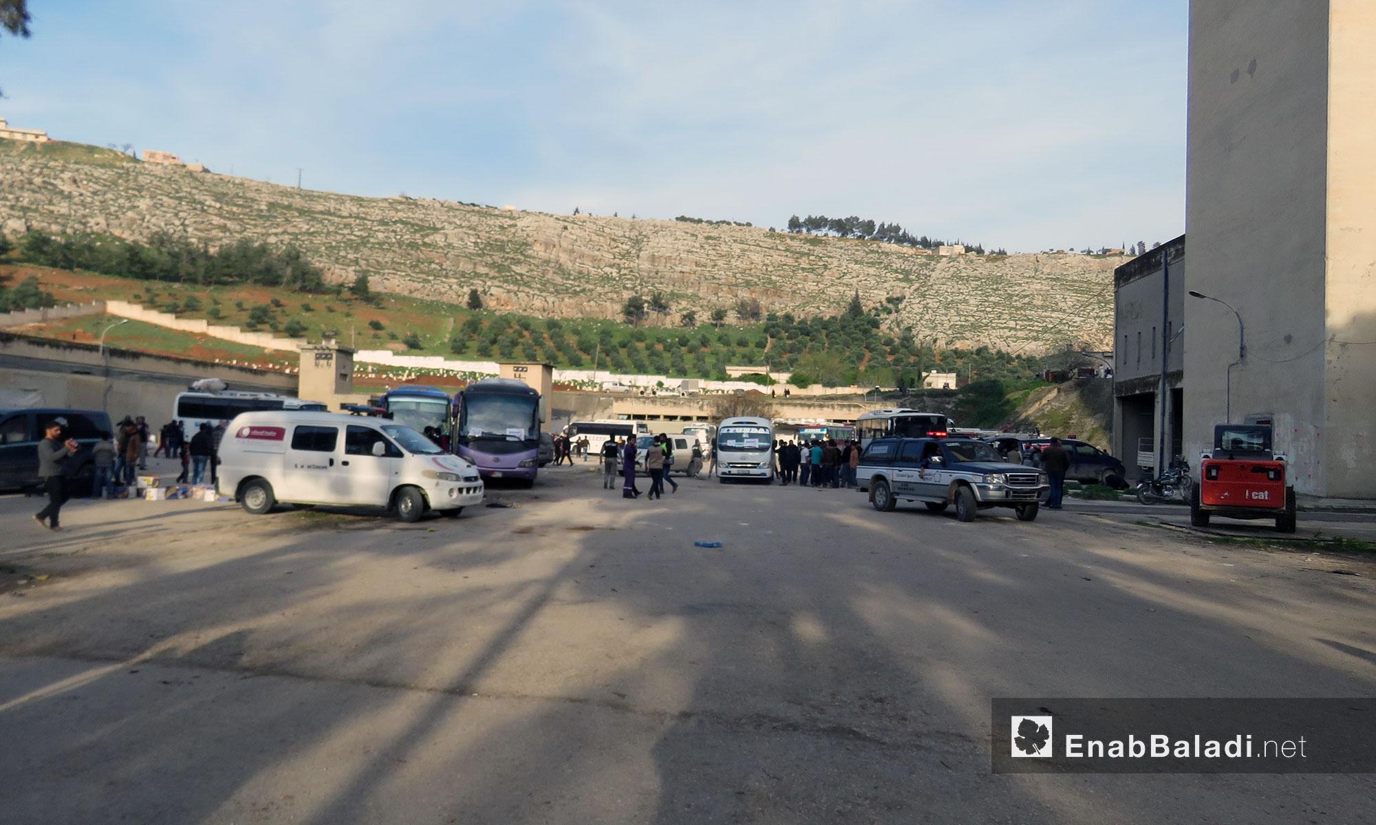وصول باصات أهالي حي القدم لقلعة المضيق بريف حماة - 13 آذار 2018 (عنب بلدي)
